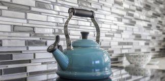 חיפוי זכוכית או חיפוי קרמיקה לקיר המטבח